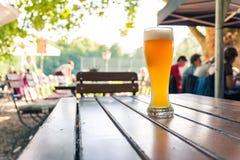 Cerveja alemão 0,5 litros na tabela de madeira Biergarten Cul tradicional Imagem de Stock