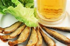Cerveja, arenque pequeno e alface Fotografia de Stock Royalty Free