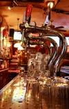 Cerveja-bate em uma barra Fotos de Stock