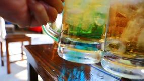Cerveja bebendo com alimento tailandês vídeos de arquivo