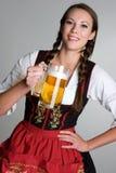 Cerveja bebendo da mulher Fotografia de Stock Royalty Free