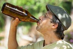 Cerveja bebendo do homem da garrafa fotografia de stock royalty free