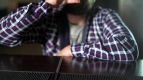 Cerveja bebendo do homem farpado e apreciação de uma bebida na barra do bar O convidado masculino tenta um vidro da cerveja vídeos de arquivo