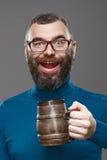 Cerveja bebendo do homem feliz da caneca imagem de stock royalty free