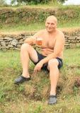 Cerveja bebendo do homem novo Imagens de Stock