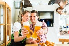 Cerveja bebendo do trigo dos pares no restaurante bávaro Fotografia de Stock