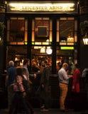 A cerveja bebendo dos povos de Londres 25 de novembro de 2017 e pendura para fora na barra na noite Fotografia de Stock