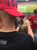 Cerveja bebendo no estádio foto de stock royalty free
