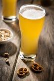 Cerveja clara com petiscos Fotografia de Stock