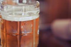 Cerveja clara do close up em um vidro Imagens de Stock