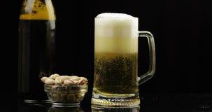 Cerveja clara fria de derramamento da garrafa em um vidro Close-up da cerveja do of?cio vídeos de arquivo