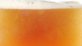 Cerveja clara fria de derramamento no vidro closeup Movimento lento video estoque