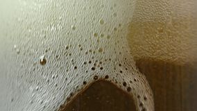 Cerveja clara no vidro, movimento lento video estoque