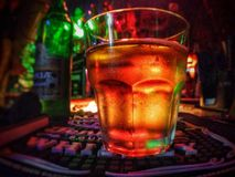 cerveja com cânhamo dourado imagem de stock