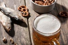 Cerveja com peixes e os petiscos secados Imagem de Stock