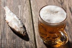 Cerveja com peixes secados Imagem de Stock