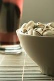 Cerveja com pistachio salgado Imagem de Stock Royalty Free