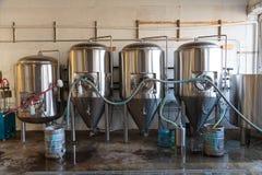 Cerveja comercial do ofício que faz na cervejaria fotos de stock royalty free
