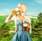 Cerveja da espuma da bebida da mulher de Oktoberfest da caneca Foto de Stock