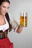 Cerveja da terra arrendada da mulher Fotos de Stock
