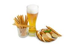 Cerveja de cerveja pilsen, pretzeis friáveis duros salgados, fumado cortado processado Fotos de Stock