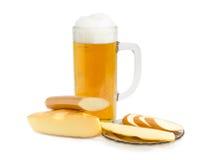 Cerveja de cerveja pilsen, queijo processado fumado e queijo duro fumado Fotografia de Stock