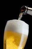 Cerveja de derramamento Fotografia de Stock Royalty Free