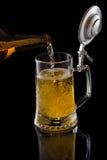 Cerveja de derramamento Imagens de Stock