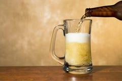 Cerveja de derramamento Fotos de Stock Royalty Free