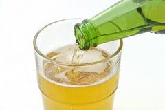 Cerveja de derramamento em um vidro Fotografia de Stock