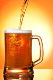 Cerveja de derramamento na caneca Fotografia de Stock