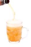 Cerveja de derramamento na caneca isolada Fotos de Stock Royalty Free
