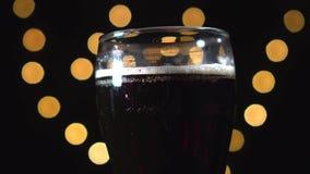 A cerveja de malte crafted deliciosa, o porteiro ou a cerveja escura estão girando video estoque