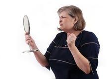 Cerveja de malte womancried, olhando em um espelho imagem de stock royalty free