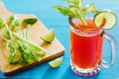 Cerveja de Michelada com suco de tomate, molho picante e limão, cocktail mexicano da bebida em México fotografia de stock
