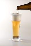 Cerveja de Pouing no vidro Fotos de Stock