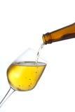 A cerveja derrama dentro um vidro. Foto de Stock Royalty Free