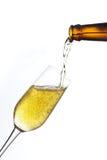 A cerveja derrama dentro um vidro. Imagem de Stock