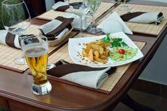 A cerveja do cálice com batatas. Fotos de Stock Royalty Free