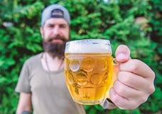 A cerveja do of?cio ? nova, urbana e elegante Cervejeiro novo criativo Cultura distinta da cerveja Homem farpado brutal do modern imagem de stock
