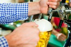 Cerveja do desenho do homem da torneira Fotografia de Stock Royalty Free