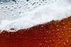 Cerveja do fundo com espuma e bolhas Foto de Stock