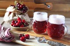 Cerveja do ofício do fruto e cereja claras, estilo rústico imagem de stock royalty free