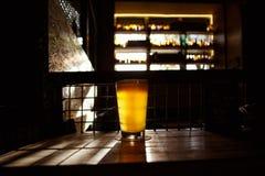 Cerveja do ofício na barra fotografia de stock royalty free