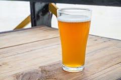 A cerveja do ofício no vidro foto de stock