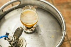 Cerveja do trigo em um barril Imagem de Stock Royalty Free