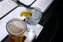 Cerveja e água Fotografia de Stock Royalty Free