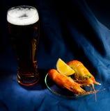 Cerveja e camarões Fotografia de Stock