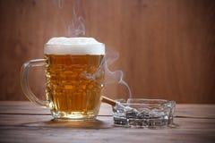 Cerveja e cigarro Fotografia de Stock