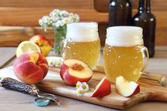 Cerveja e frutos claros do ofício do fruto imagem de stock